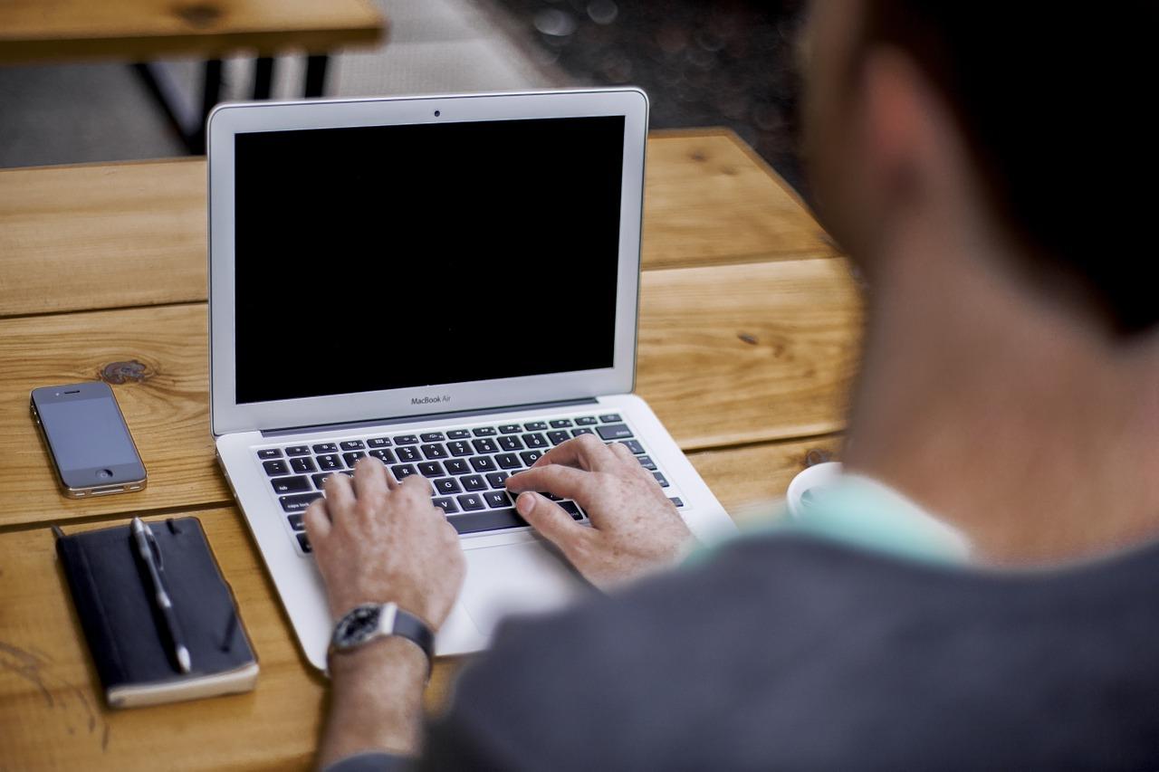 Un homme travaillant sur son ordinateur portable