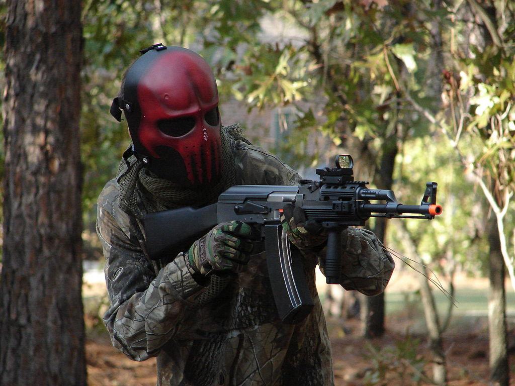 Un airsofteur masqué. Fusil à bille ou équipement d'airsoft, c'est chez Shop Gun