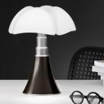 lampe-de-bureau-mini-pipistrello-marron-fonce-avec-controle-tactile-martinelli-luce-gae-aulenti