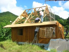 1280px-Construction_maison_homologuée_en_bambou