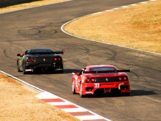 Deux voitures Ferrari évoluant sur circuit