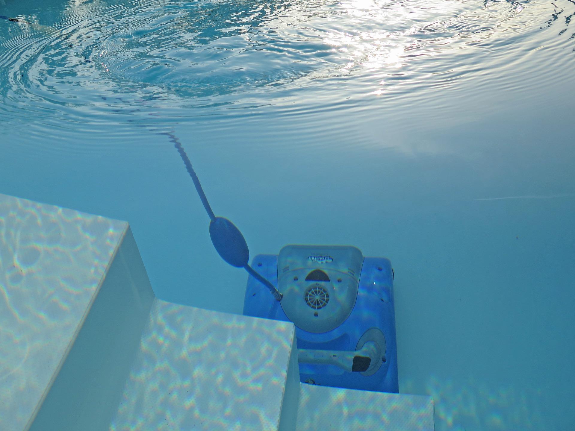 robot aspirateur nettoyant une piscine